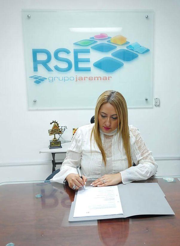 Licenciada-Sonia-Mejia-en-representacion-de-Grupo-Jaremar-al-momento-de-firmar-el-PPP